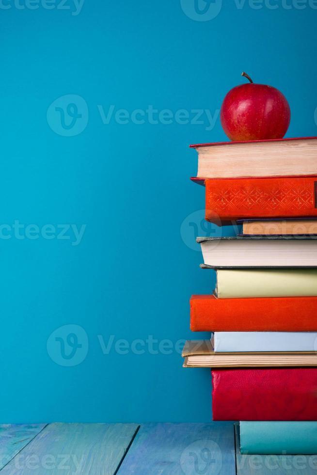 pile de livres colorés, fond bleu grungy, espace de copie gratuit photo