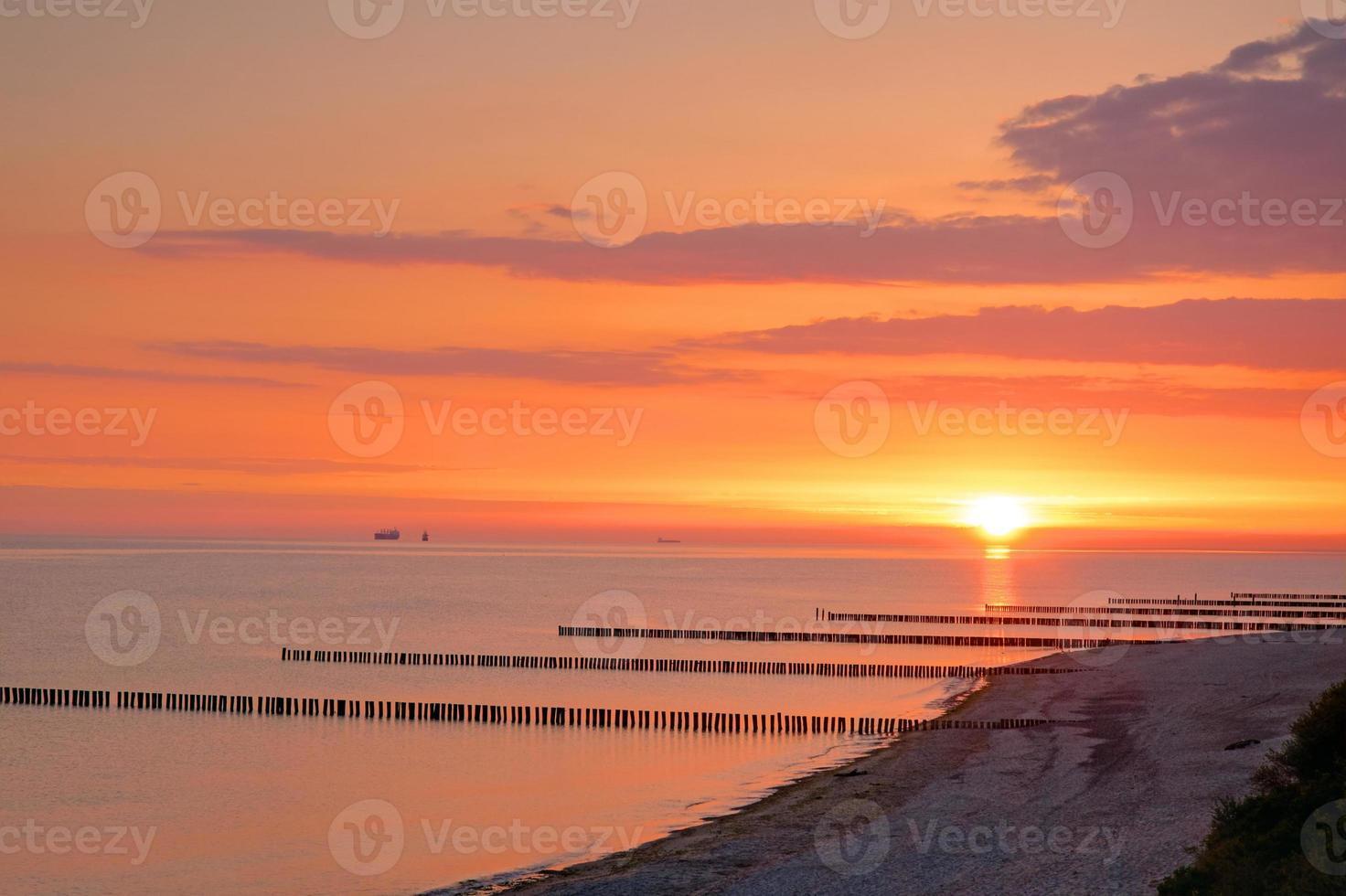 lever du soleil sur la mer baltique photo