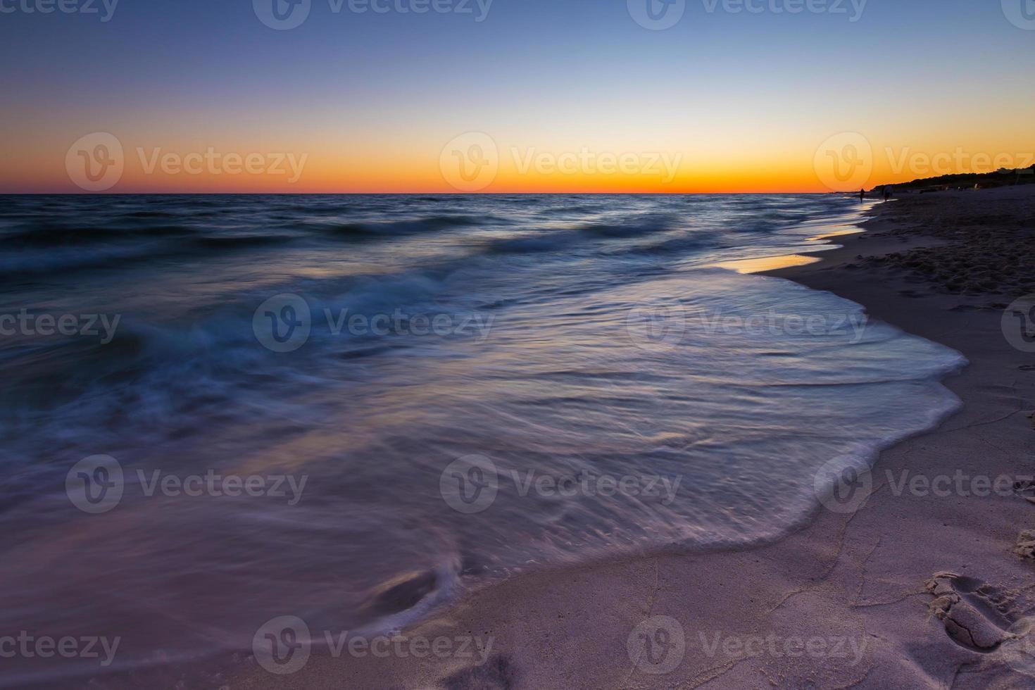 beau coucher de soleil sur la mer baltique photo