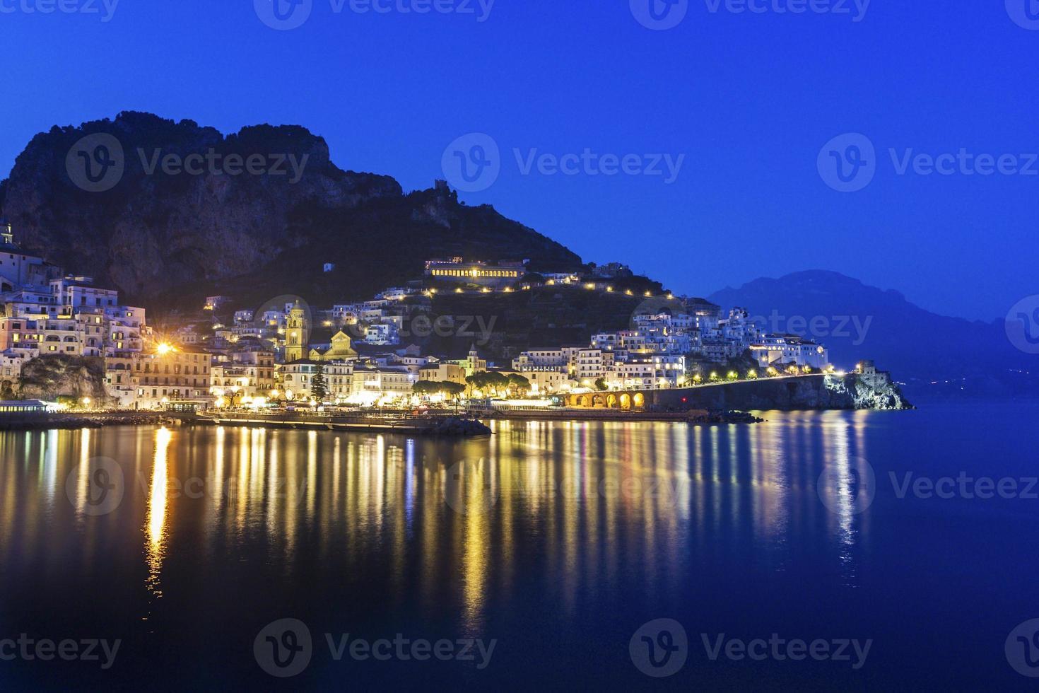 vue sur amalfi dans la soirée, italie photo