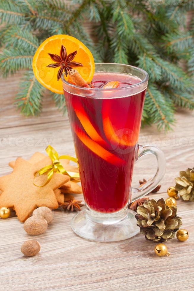 vin rouge chaud avec arbre de Noël photo