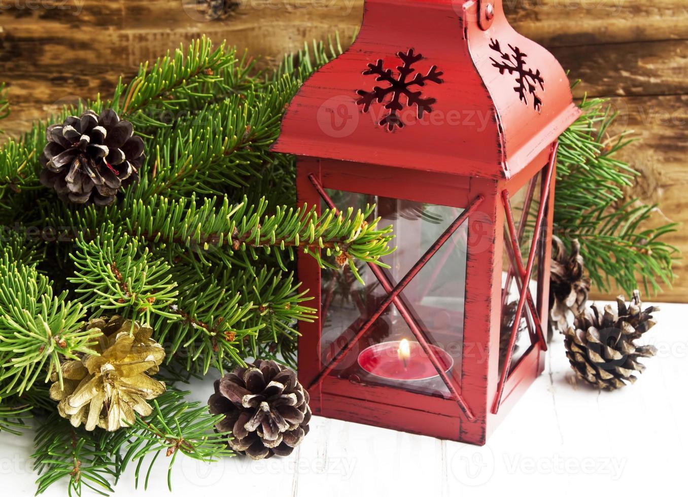 lanterne de noël avec des branches de sapin et des décorations photo