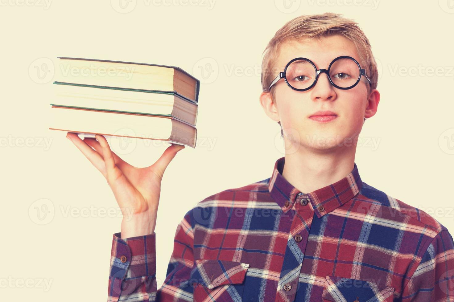 mec nerd avec des livres photo