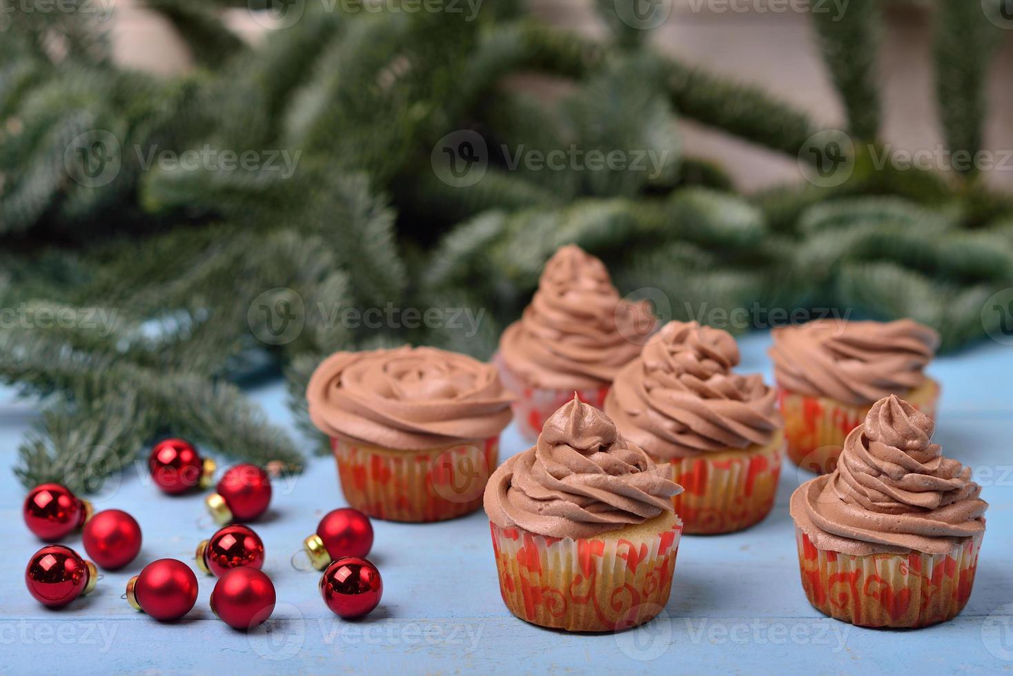 Petits gâteaux à la crème au chocolat sur un fond en bois bleu photo