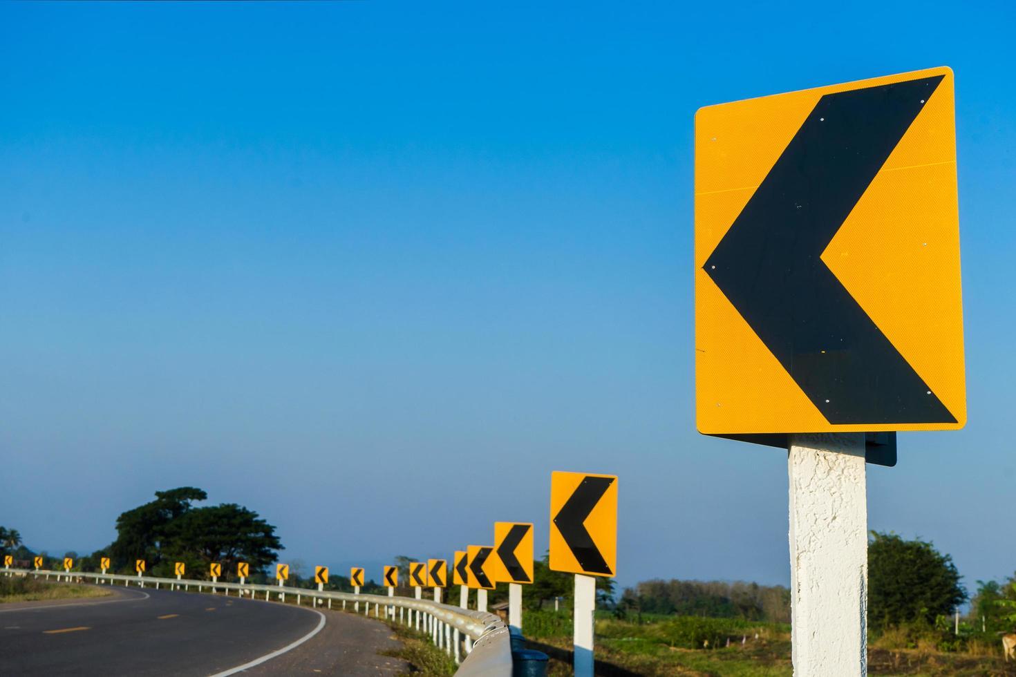 route sinueuse avec ciel bleu photo