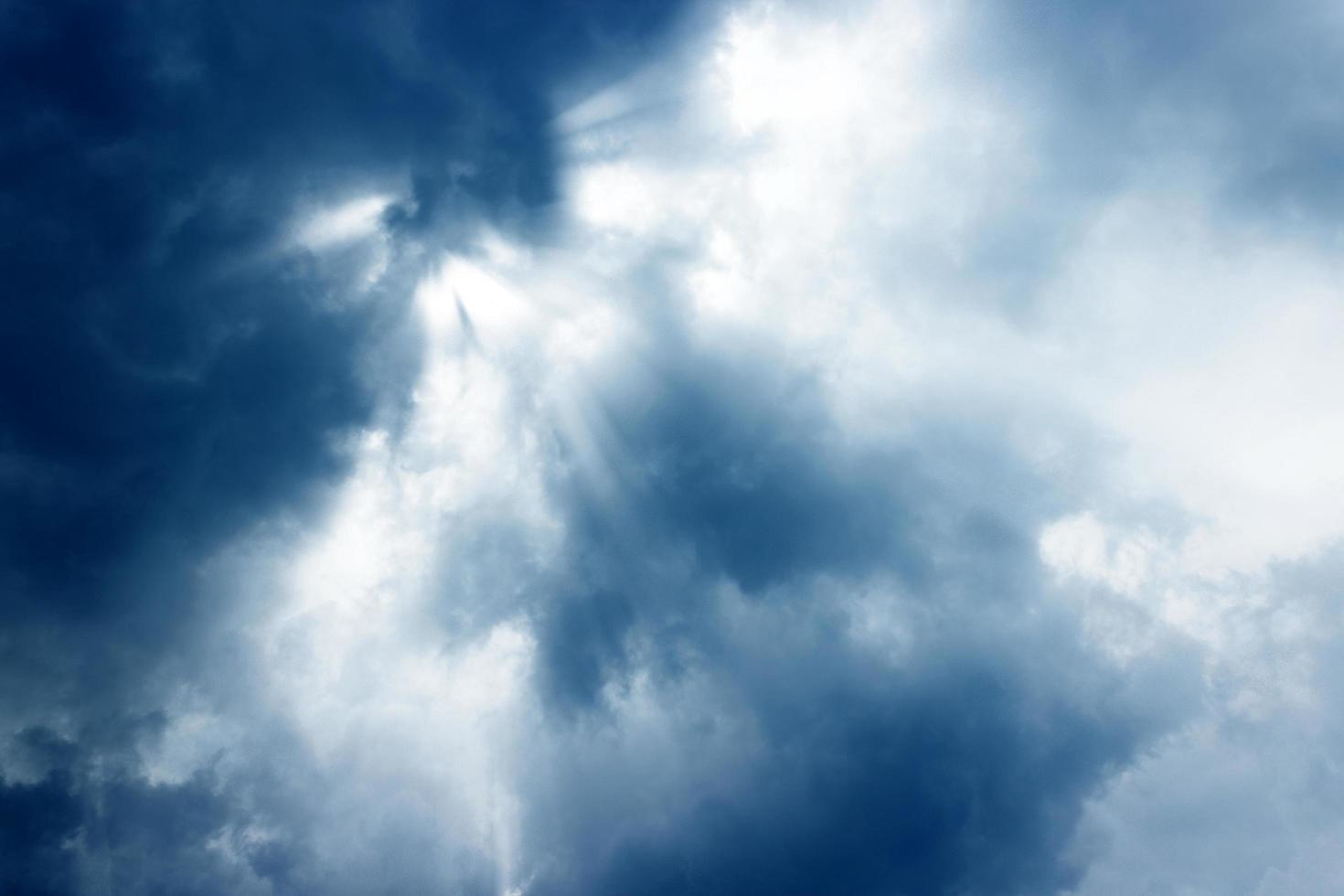 les rayons du soleil brillent à travers les nuages photo