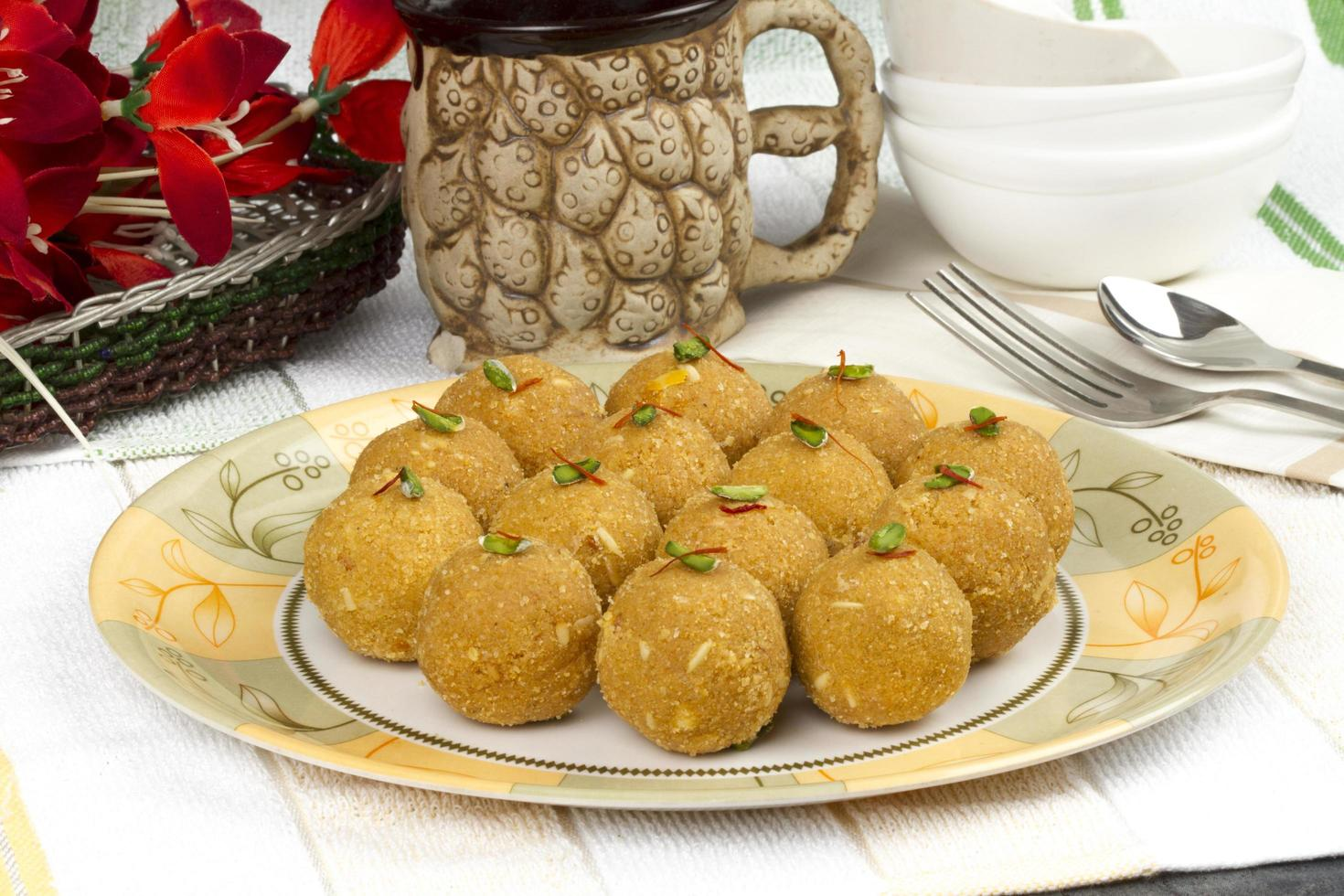 nourriture sucrée indienne traditionnelle spéciale besan laddu photo