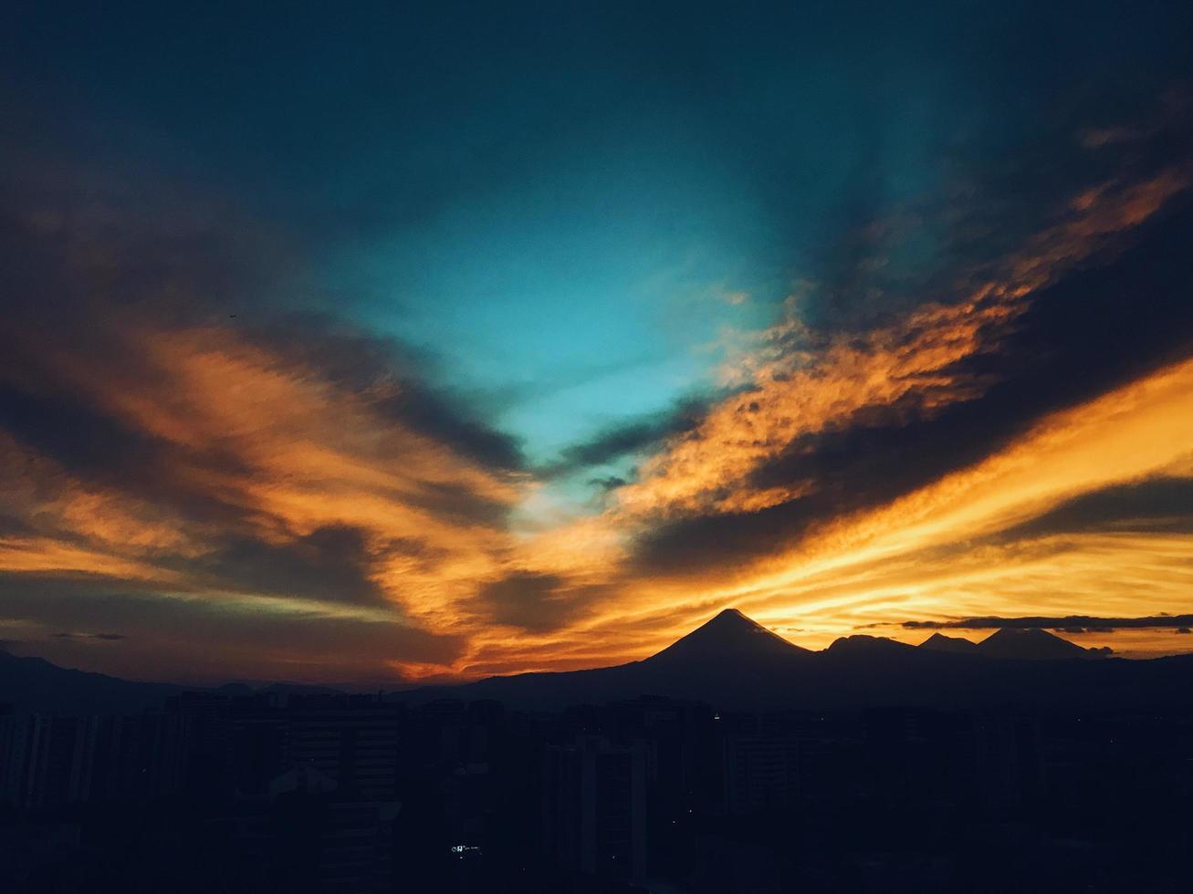 silhouette d'une montagne au coucher du soleil. photo