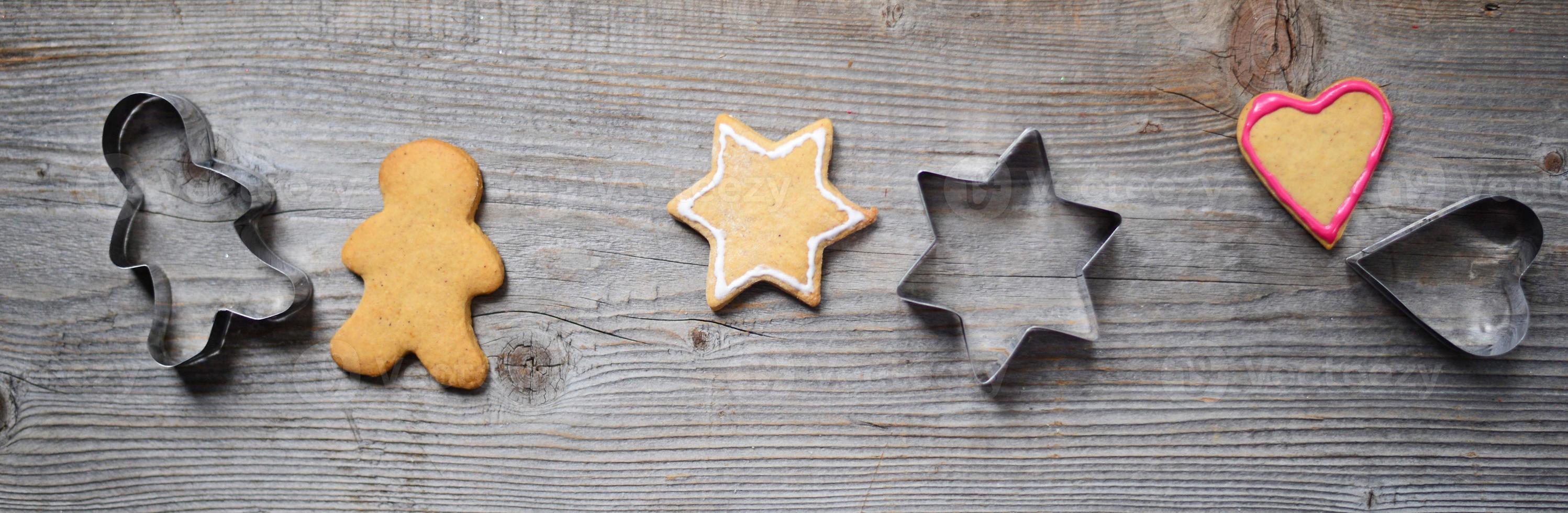 biscuits en pain d'épice avec leurs formes photo