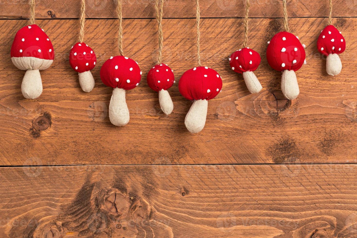 Décoration de Noël - champignons sur fond de bois photo