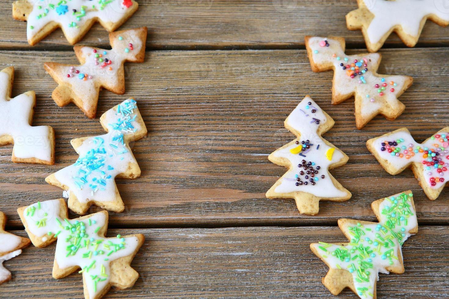 biscuits en forme d'arbres de Noël sur une planche photo