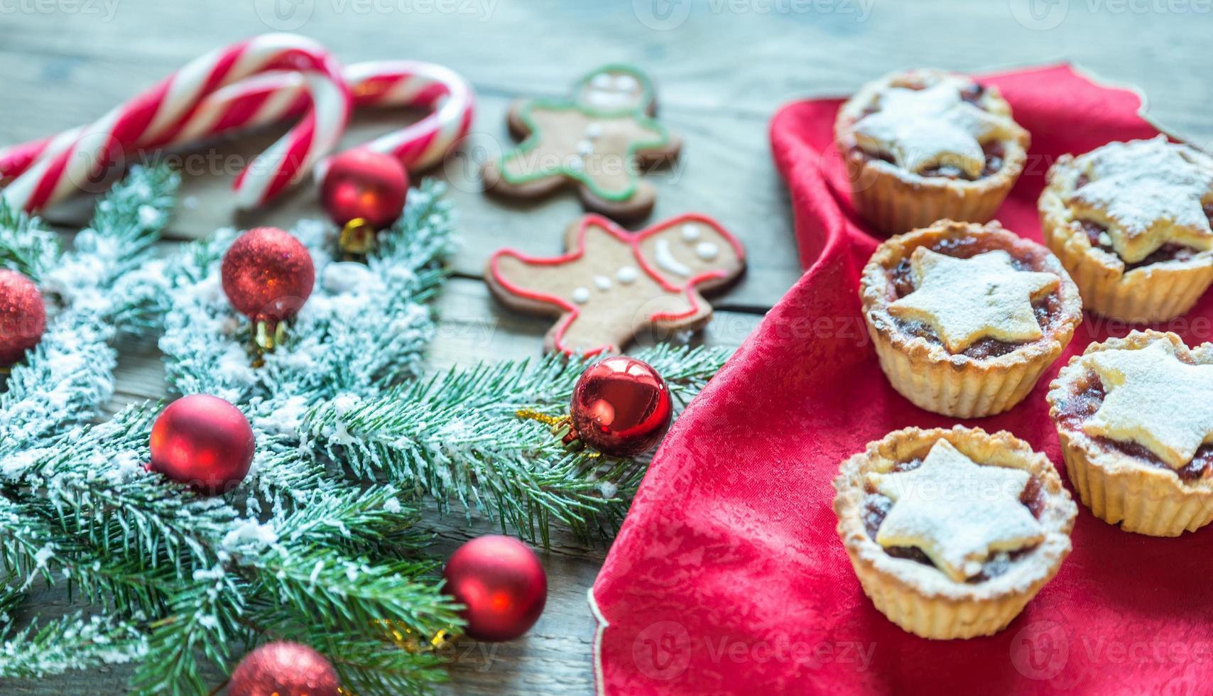 branche d'arbre de Noël décorée avec pâtisserie de vacances photo