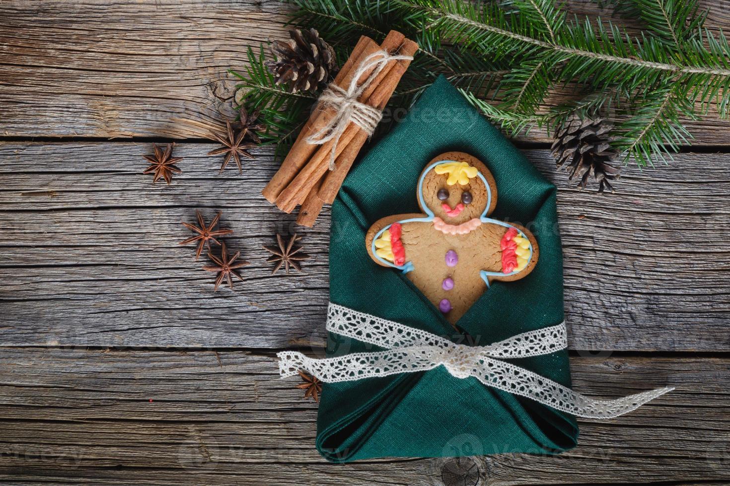 bonhomme en pain d'épice sur les épices de Noël, cannelle, anis photo