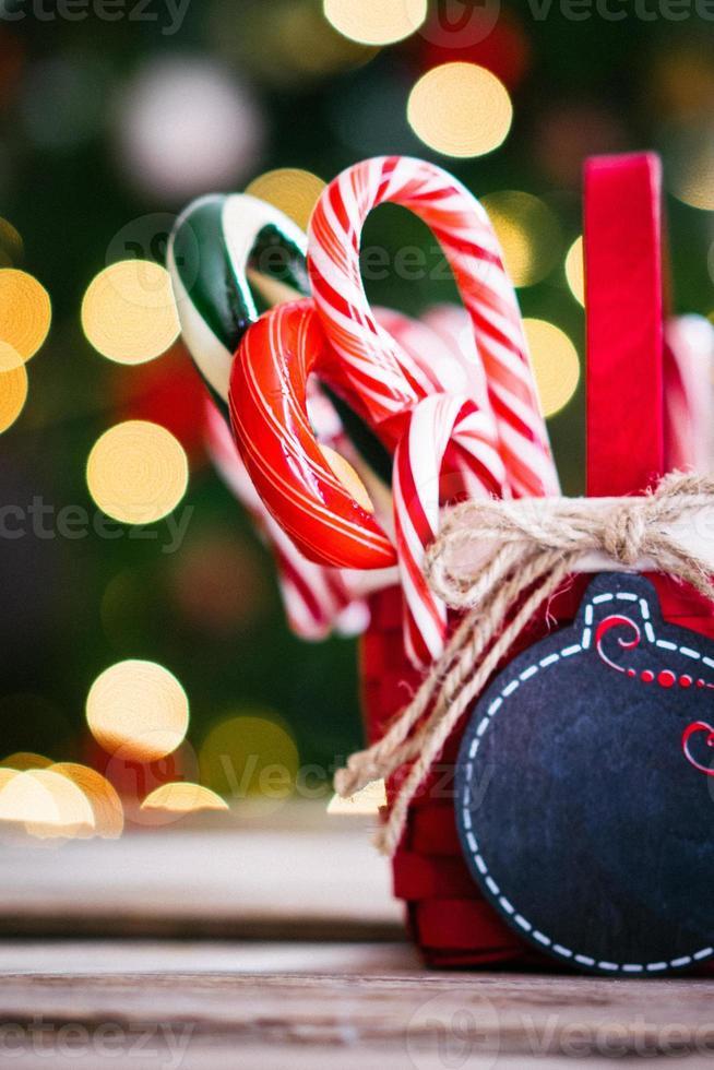 Cannes de bonbon dans un panier sur fond de Noël photo
