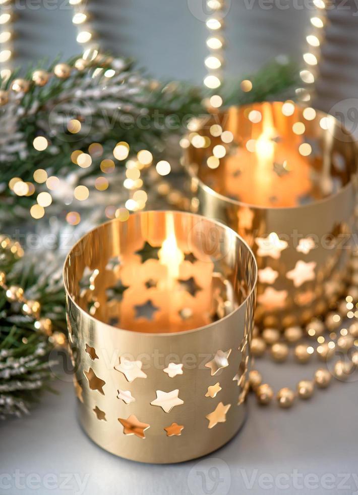 décoration de Noël avec des lanternes et des lumières dorées photo