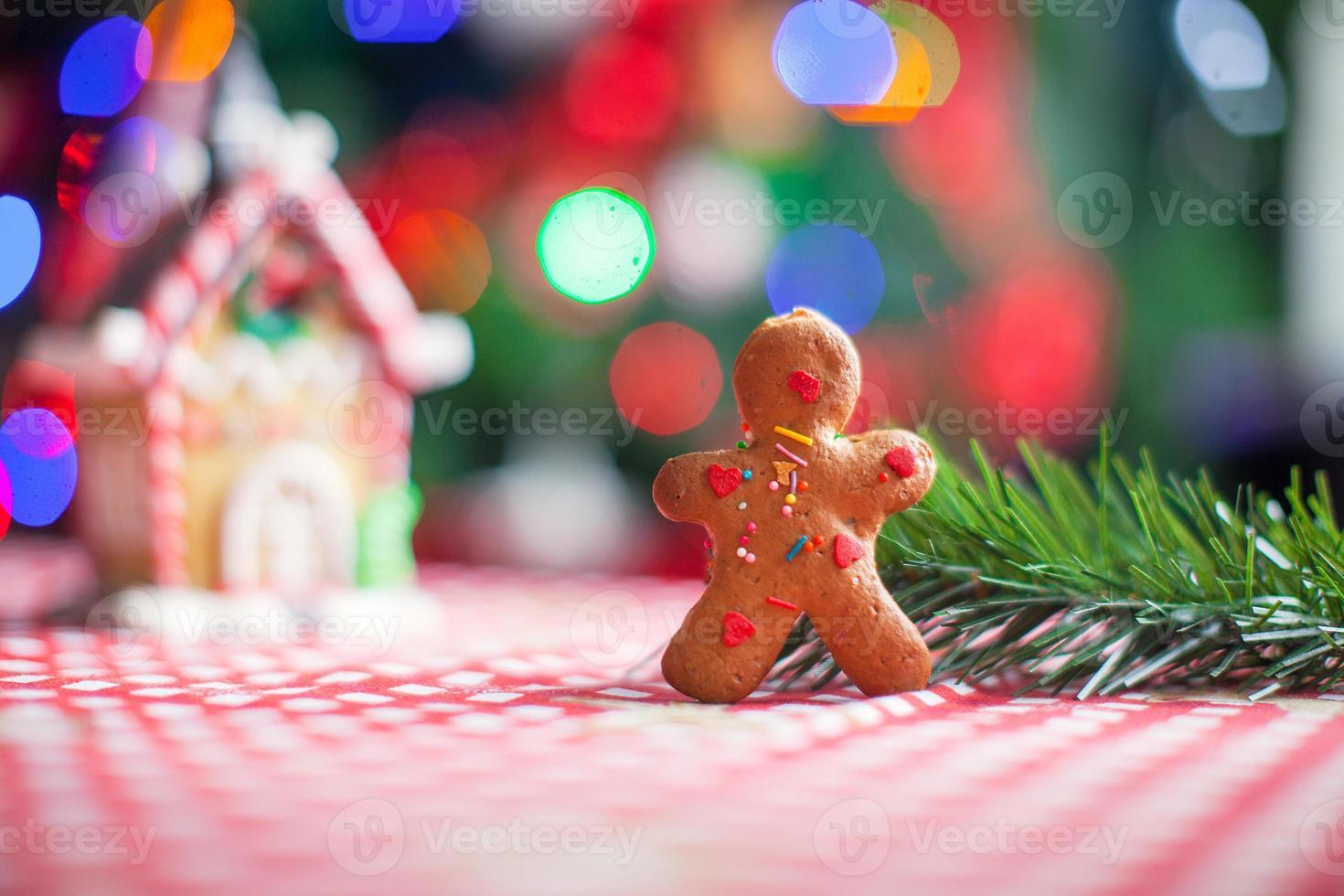 bonbons de fond de bonhomme en pain d'épice maison de gingembre et lumières d'arbre de Noël photo