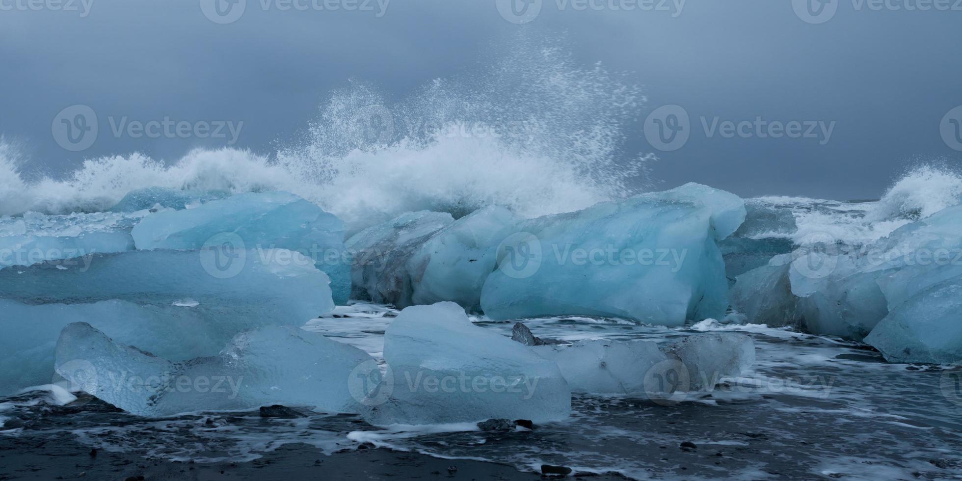 vagues sur la plage de glace photo