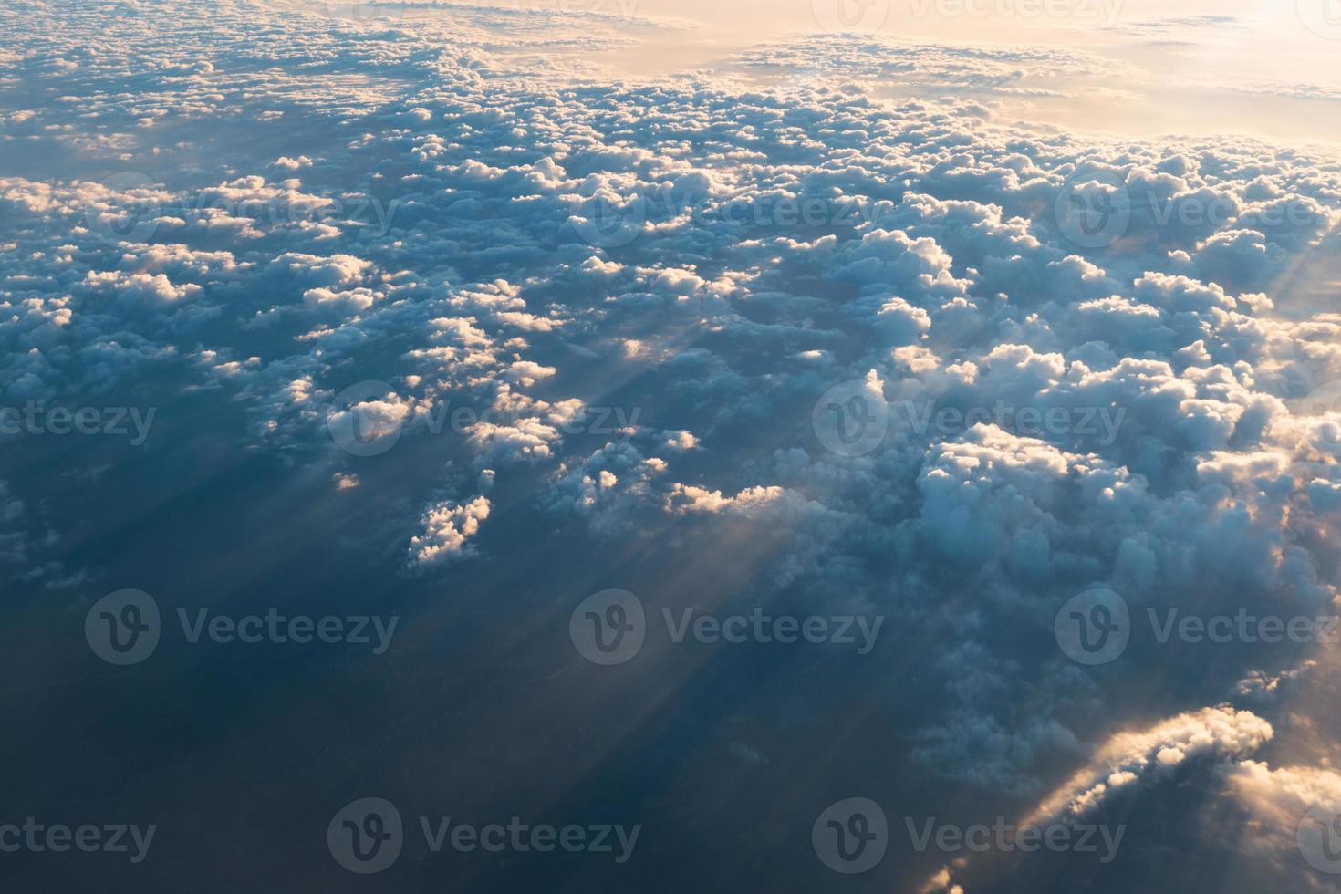 mer de nuages avec rayon de soleil le matin photo