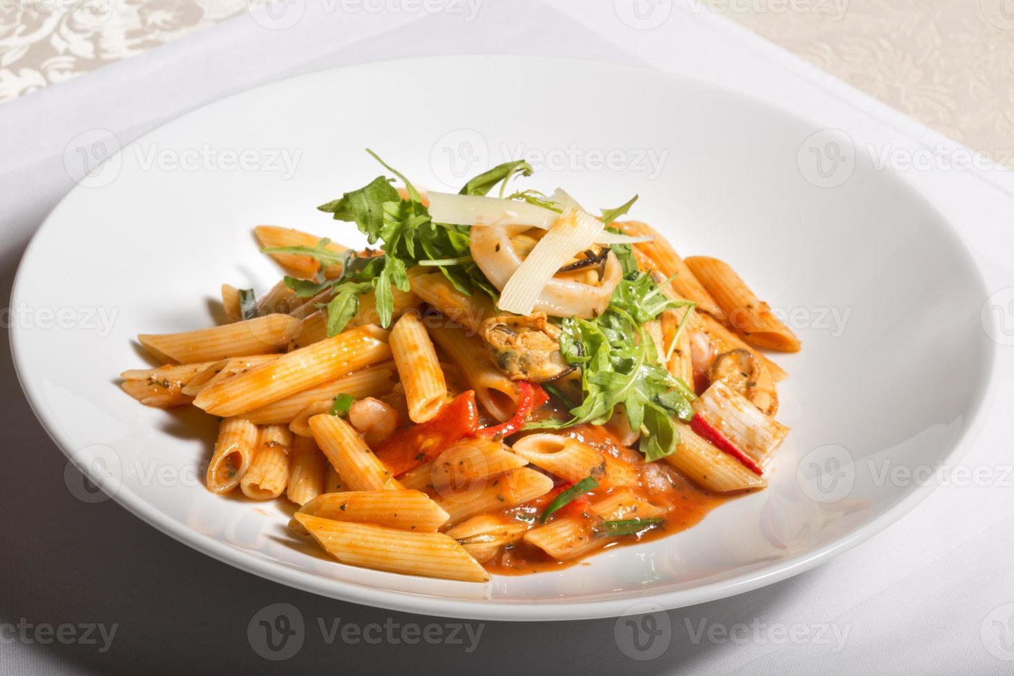 pâtes aux fruits de mer et sauce tomate photo