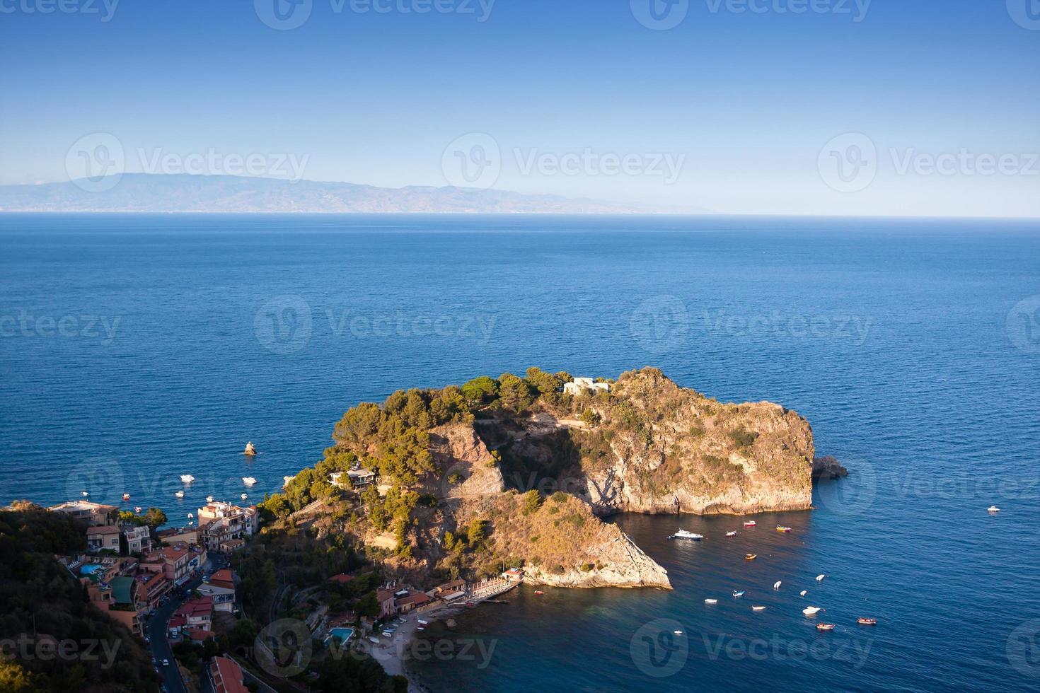 taormina, sicile, vue magnifique sur la mer. photo