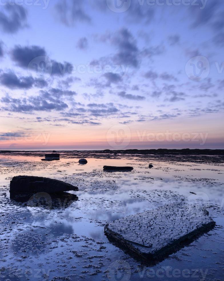 lueur crépusculaire sur la baie de Saltwick photo