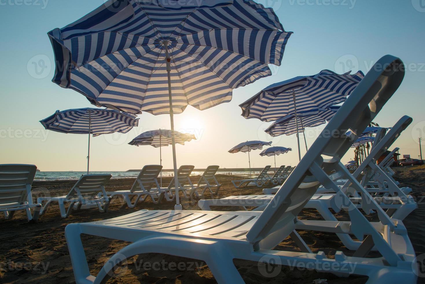 plage avec parasols et transats photo