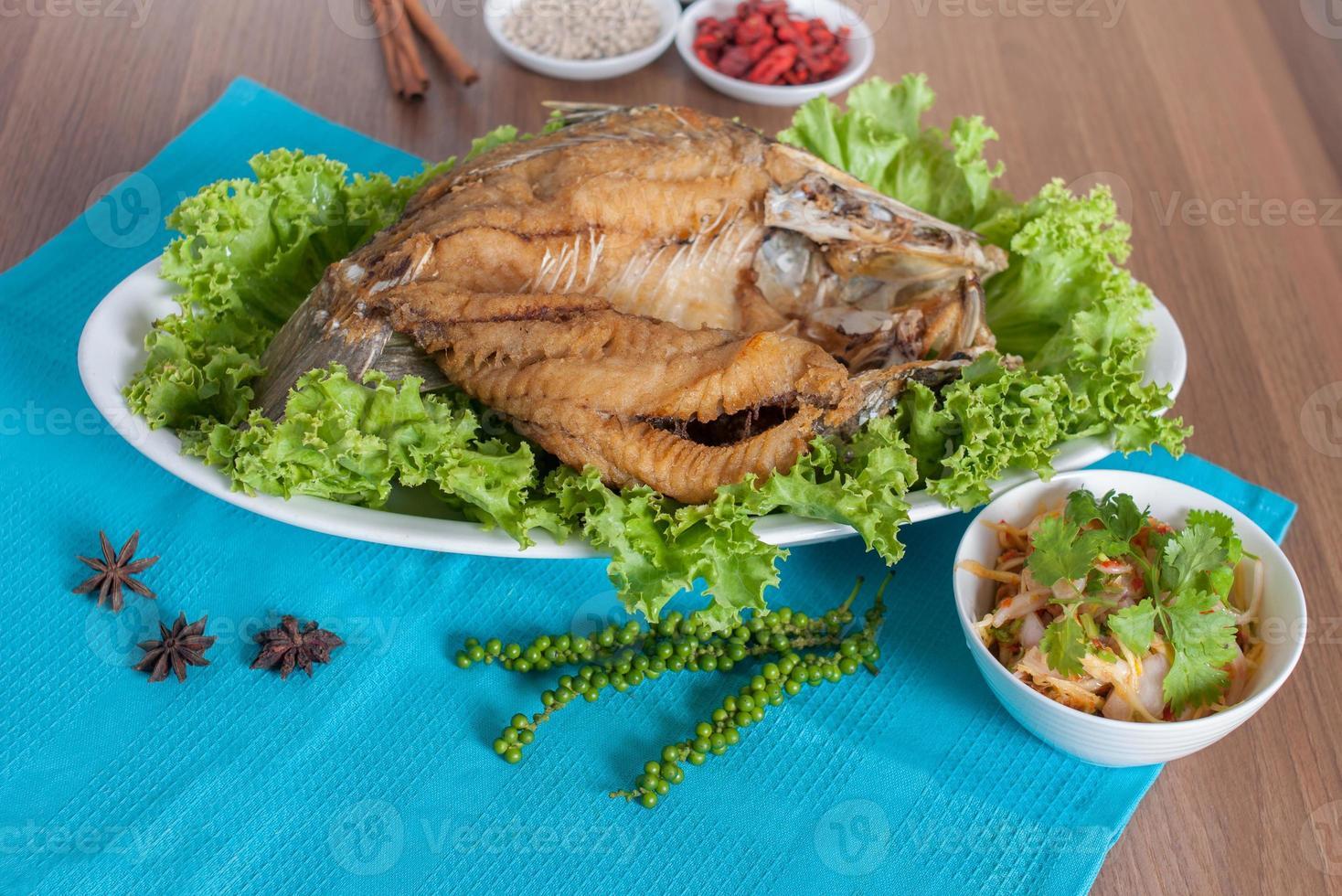 perche de mer frite garnie d'un menu salé de sauce de poisson photo