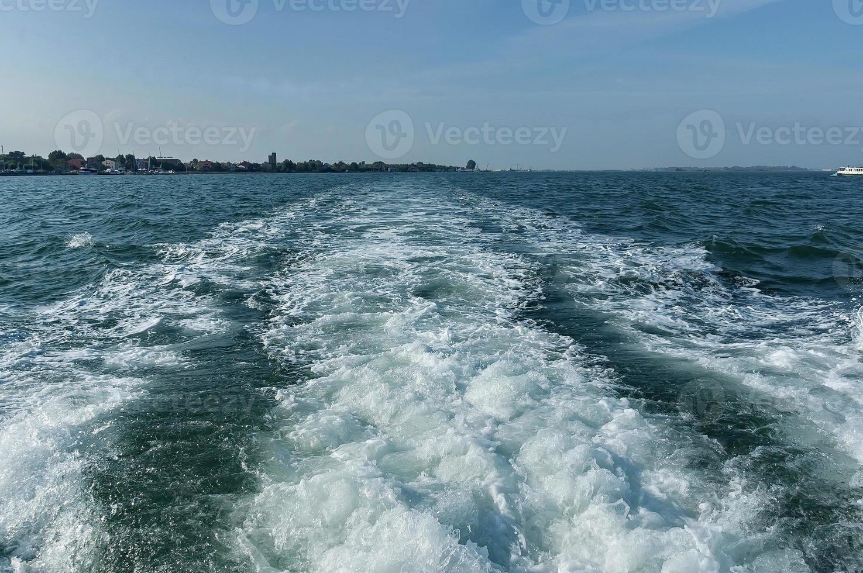 Voie de navire dans la lagune de Venise, mer adreatique, Italie photo