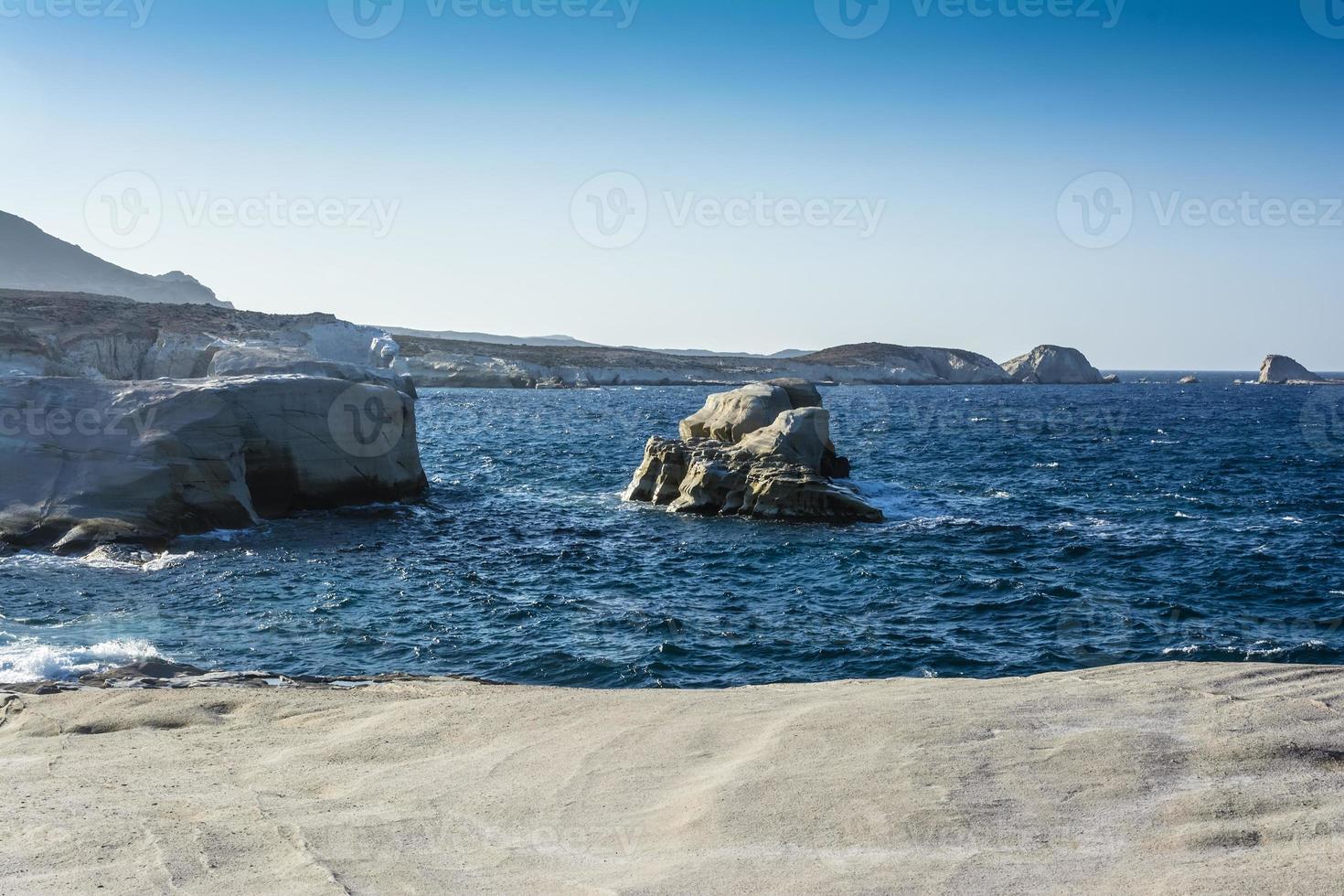 Vue sur la plage de Sarakiniko sur l'île de Milos en Grèce photo