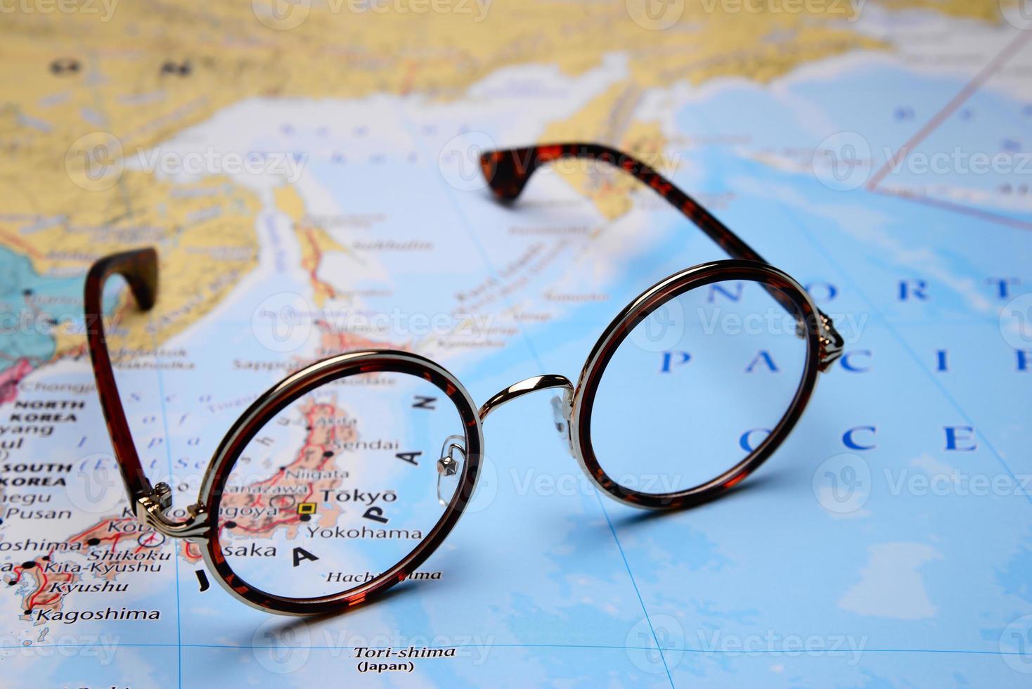 lunettes sur une carte de l'asie - tokyo photo