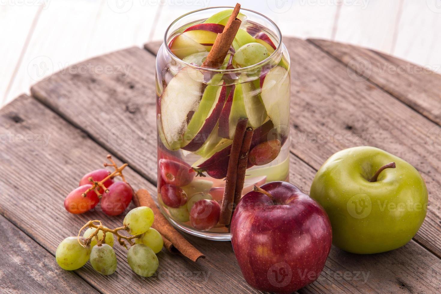 mélange d'eau infusée aromatisée de pomme, raisin et cannelle photo