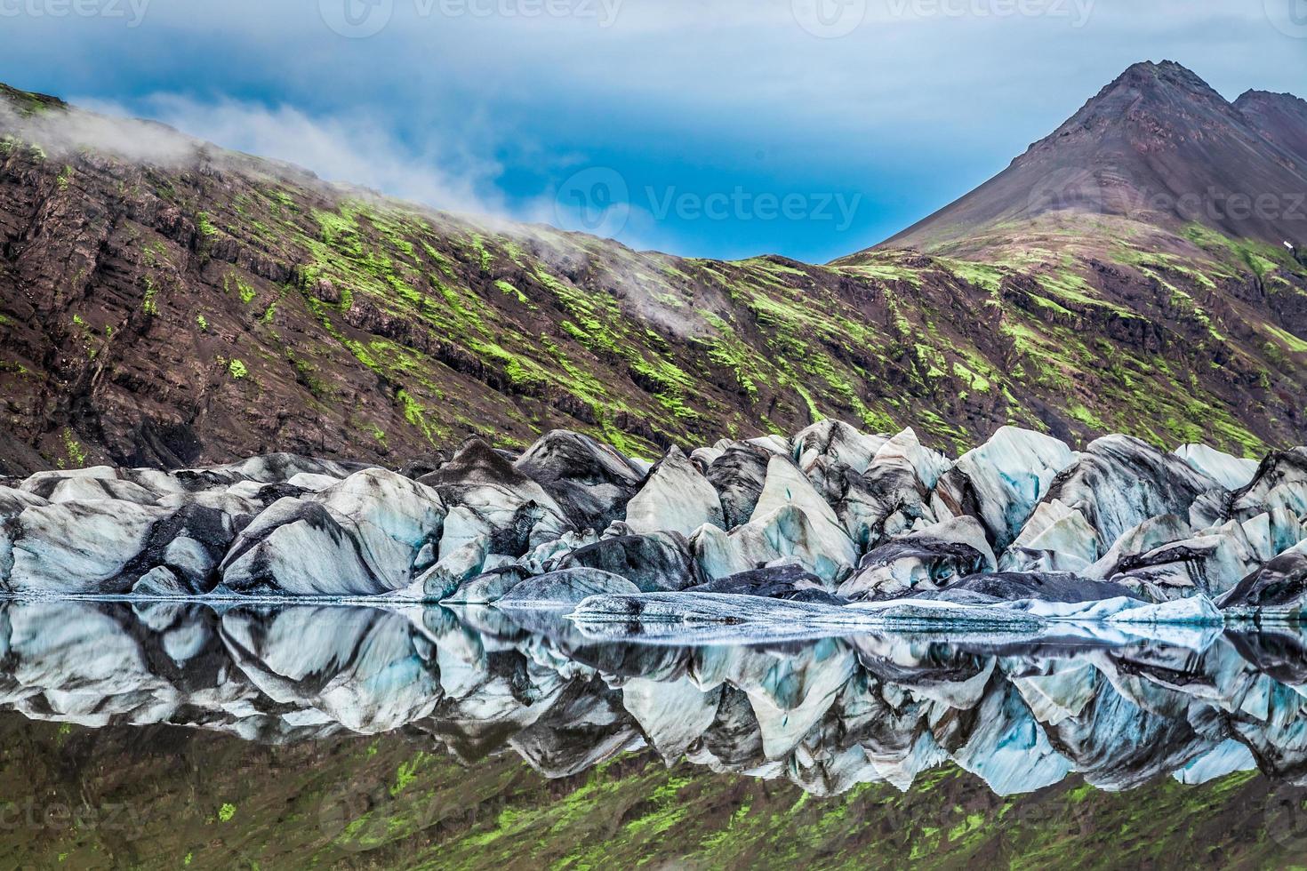 Superbe glacier et lac de Vatnajokull en Islande photo