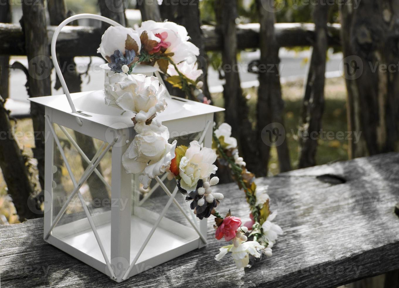 carte de Saint Valentin. invitation de mariage. lanterne avec couronne de mariée photo