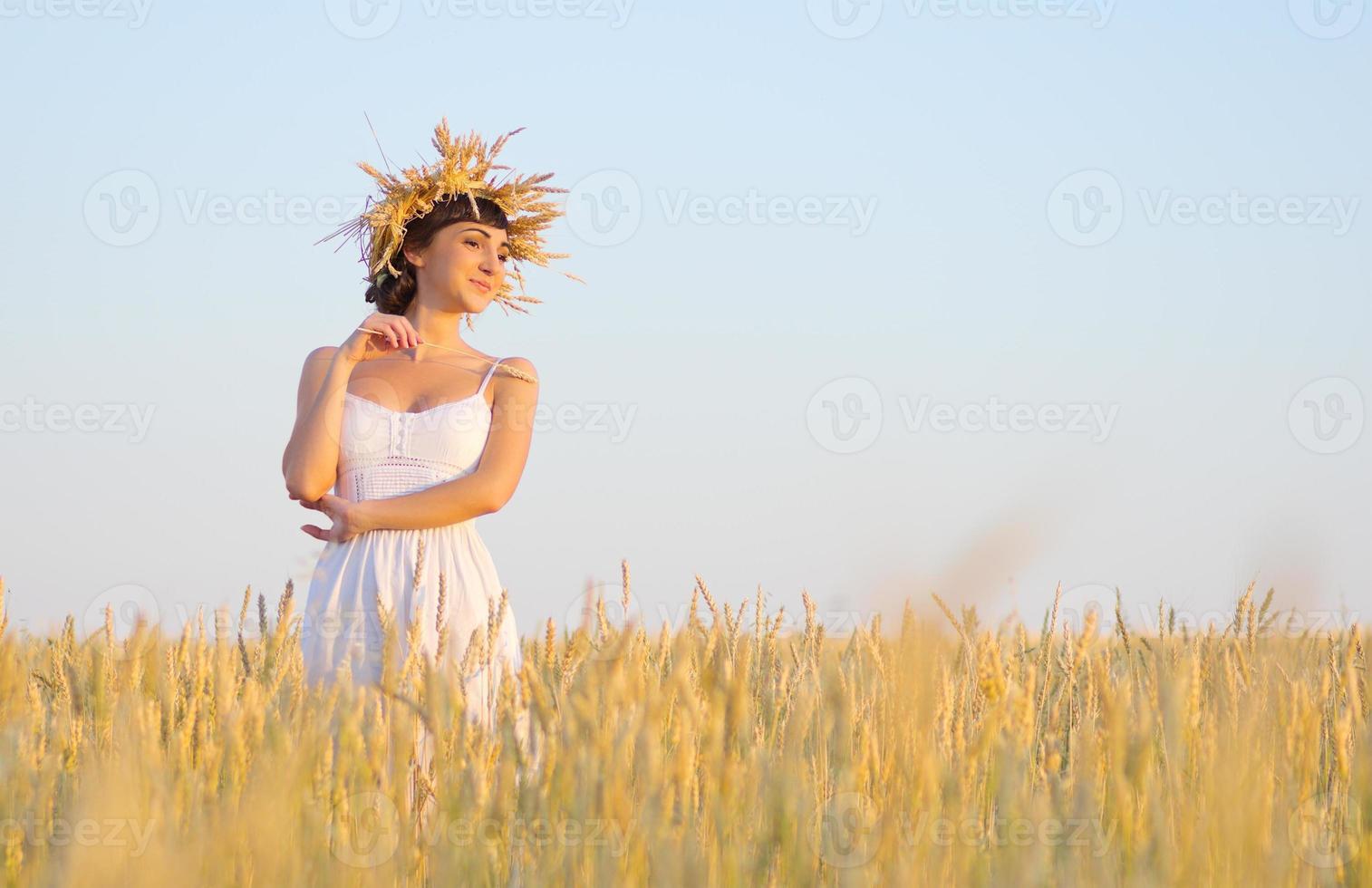 fille sur le champ de blé photo
