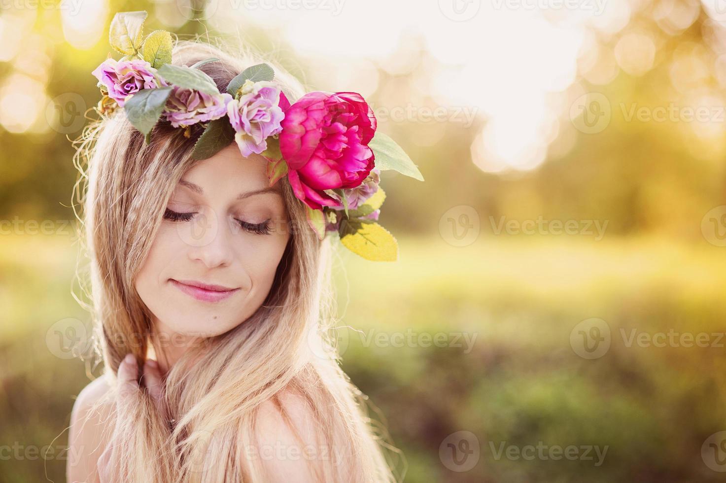belle femme avec une couronne de fleurs. photo