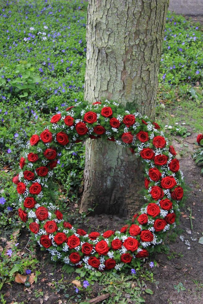 couronne funéraire près d'un arbre photo