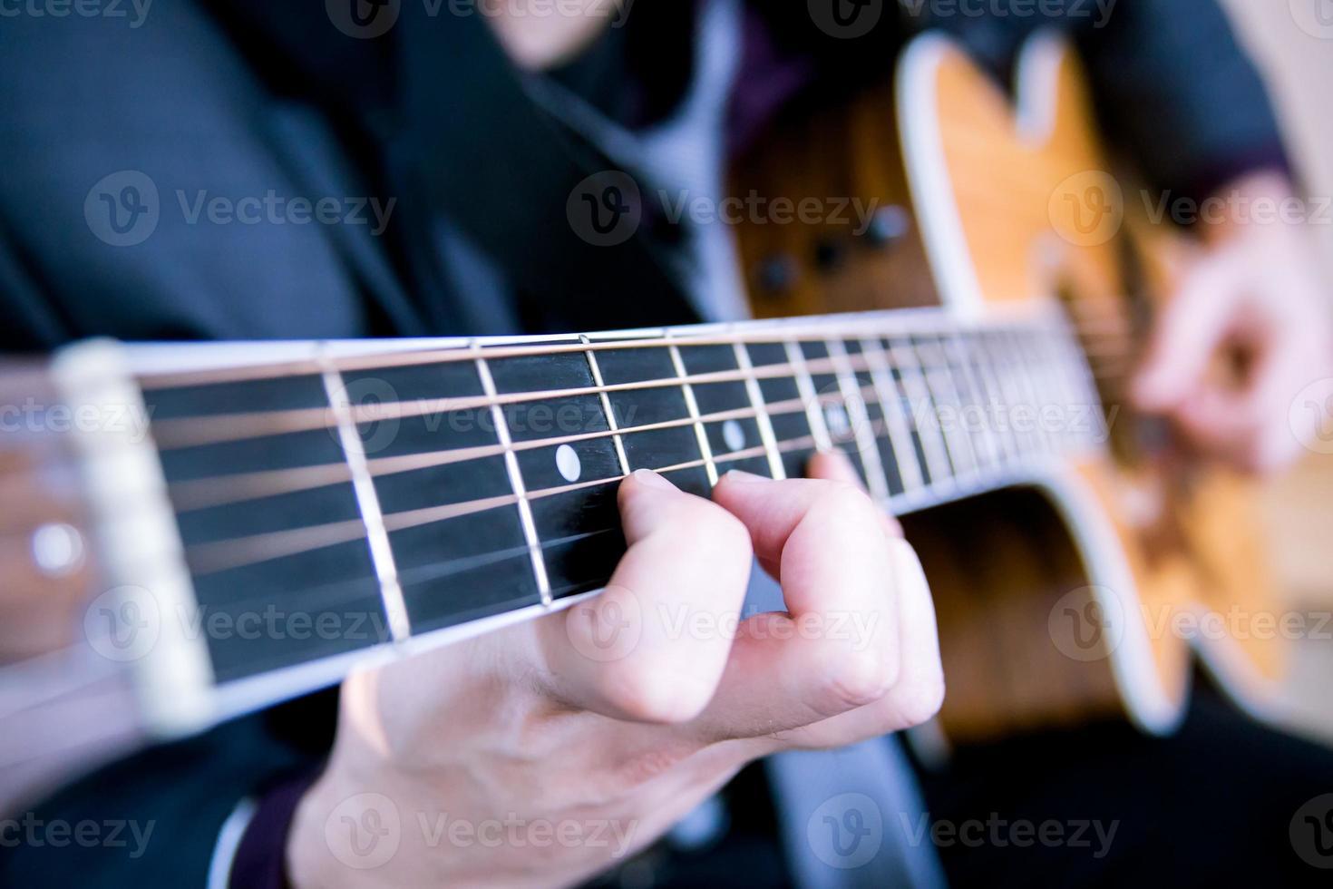 jeune homme jouant de la guitare. photo