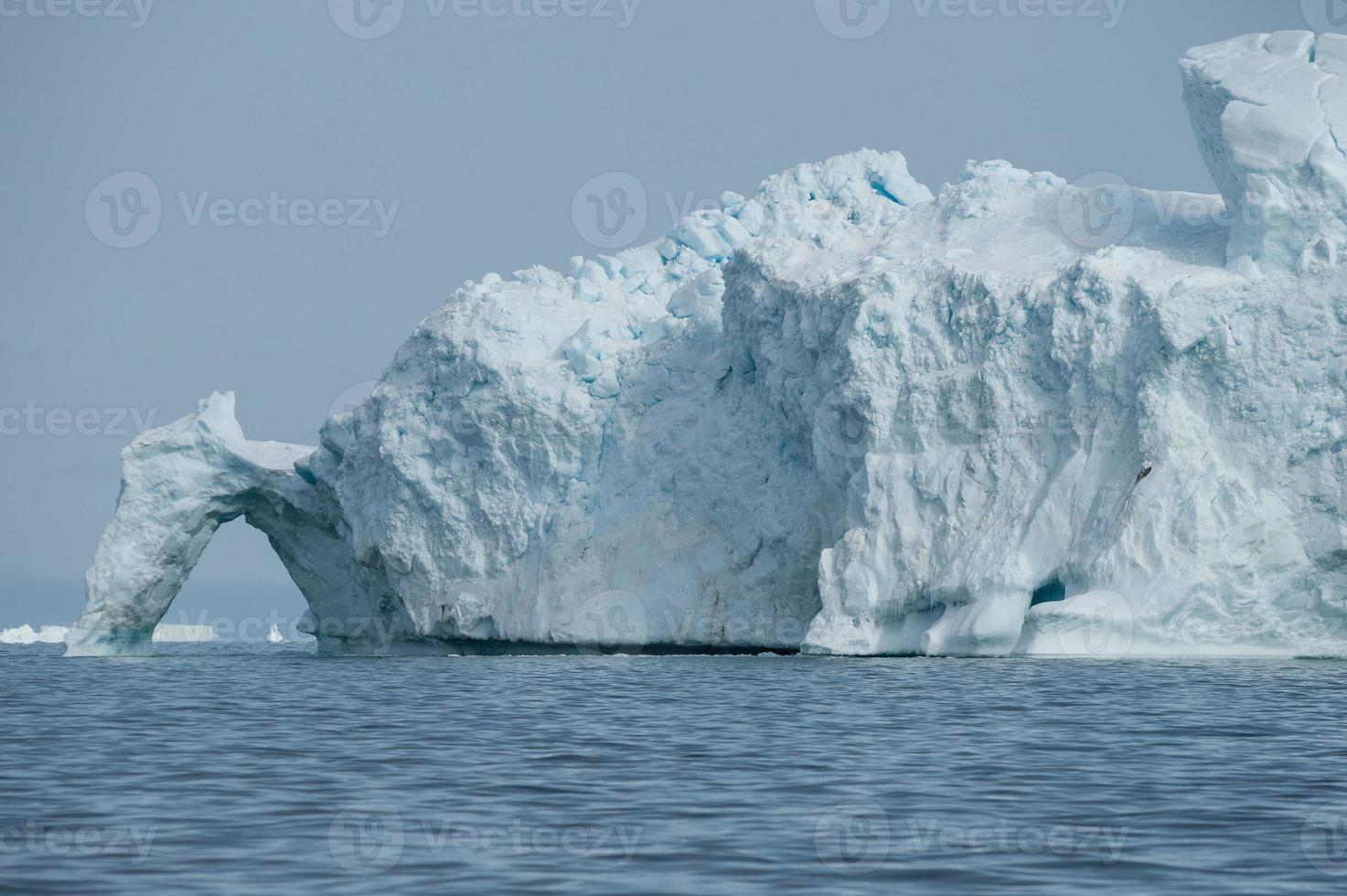 Gros iceberg flottant dans la baie de Disko, au nord du Groenland photo
