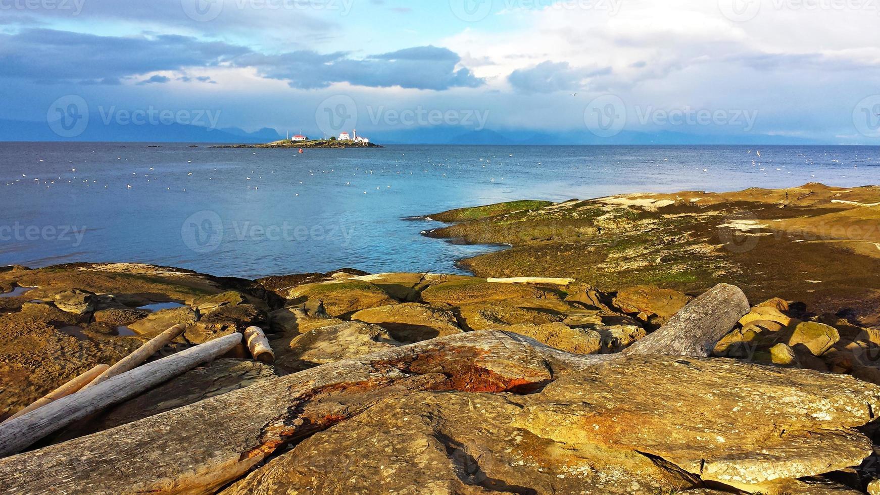 île de gabriola et phare de l'île d'entrée photo
