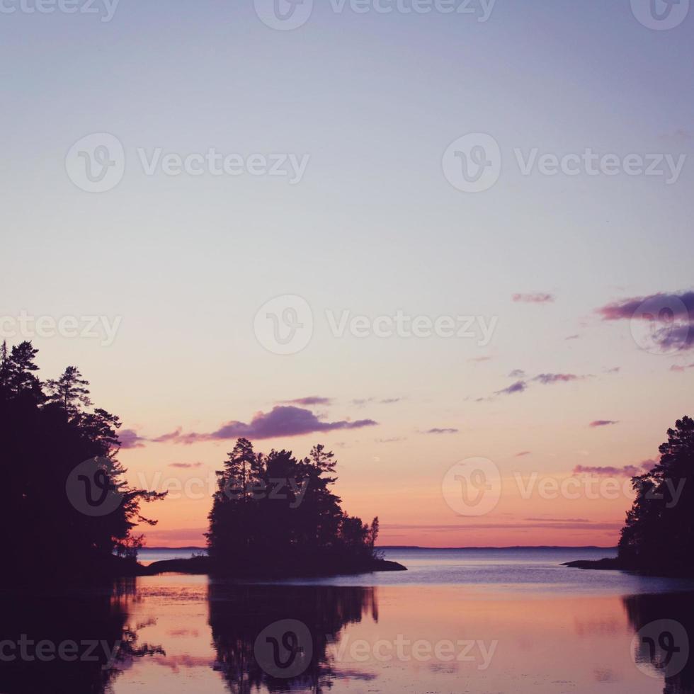 lac ladoga au coucher du soleil. nature sauvage du nord de la Russie. photo