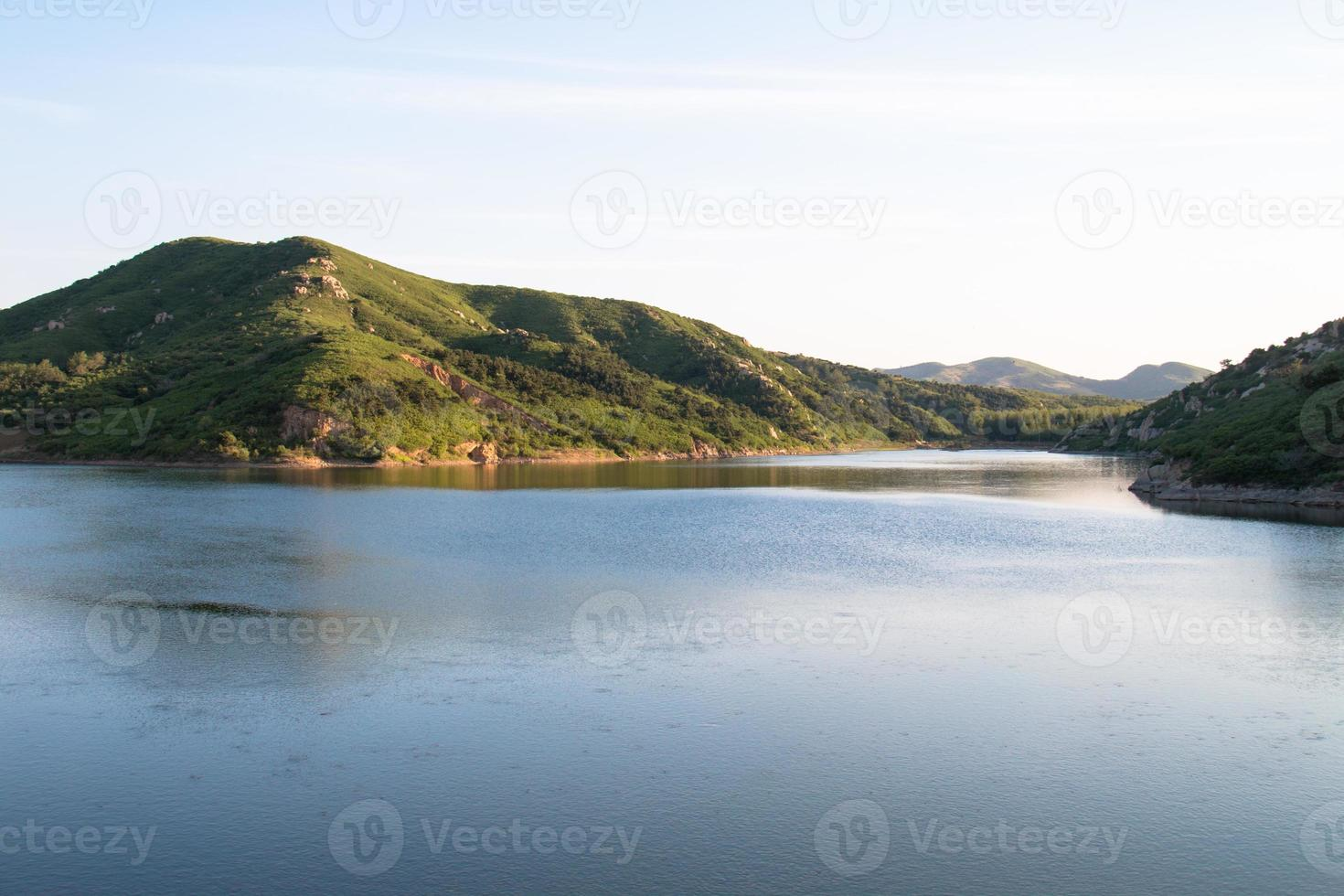 colline et lac photo