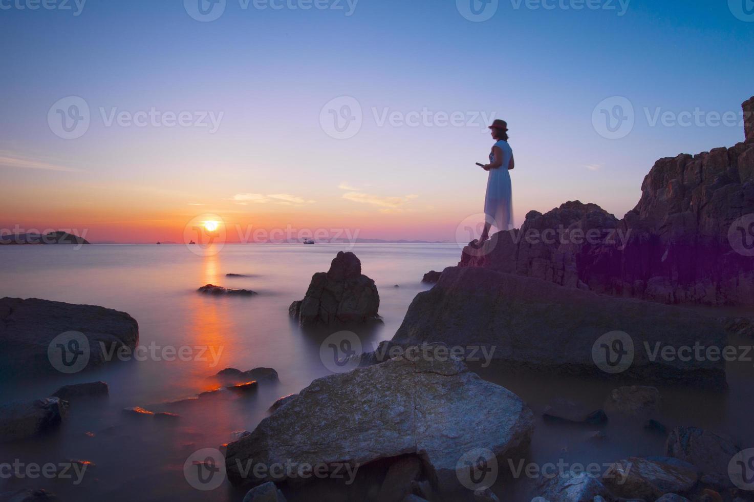 belle jeune femme reposante sur la côte rocheuse? photo