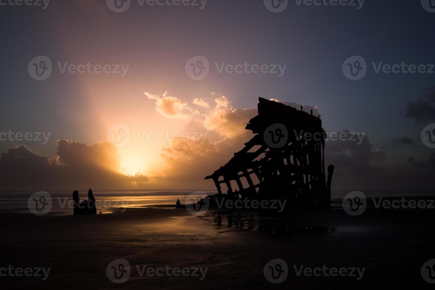 incroyable coucher de soleil sur une épave de navire photo