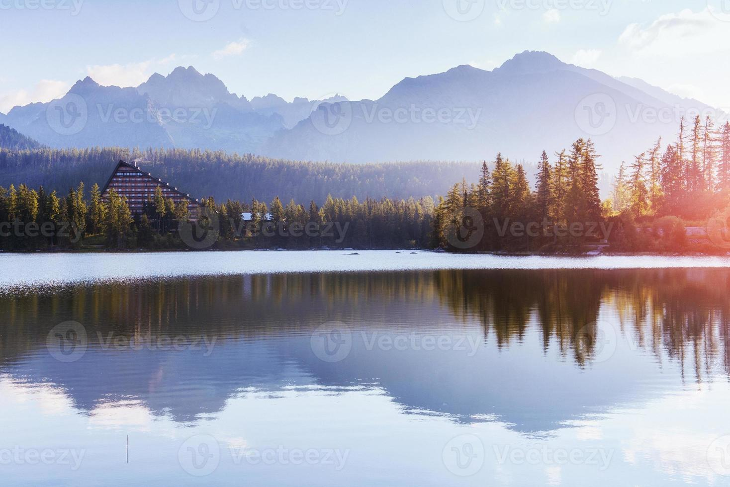 Lac Strbske Pleso en haute montagne Tatras, Slovaquie, Europe photo