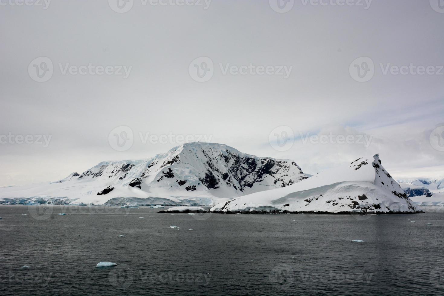 Montagne noire enneigée en Antarctique photo