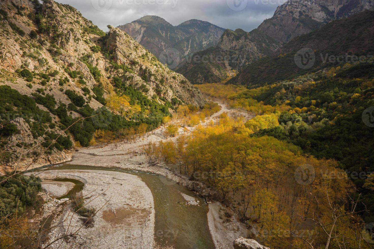 paysage d'automne de montagne pittoresque avec une rivière photo