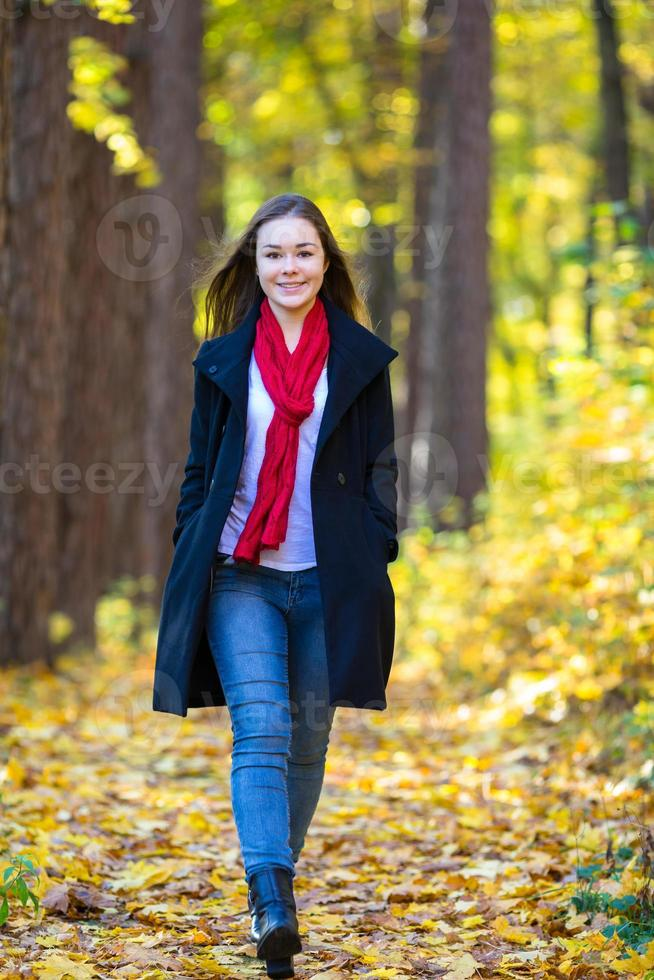 jeune femme marchant dans le parc photo