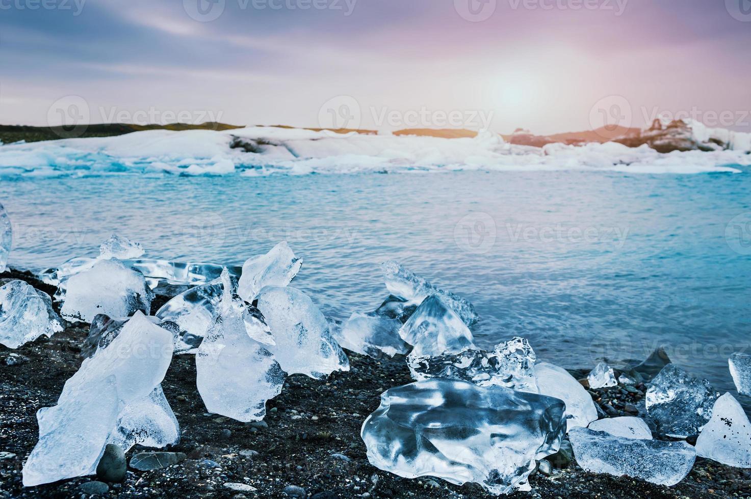 belle glace sur la côte de la lagune glaciaire de jokulsarlon photo