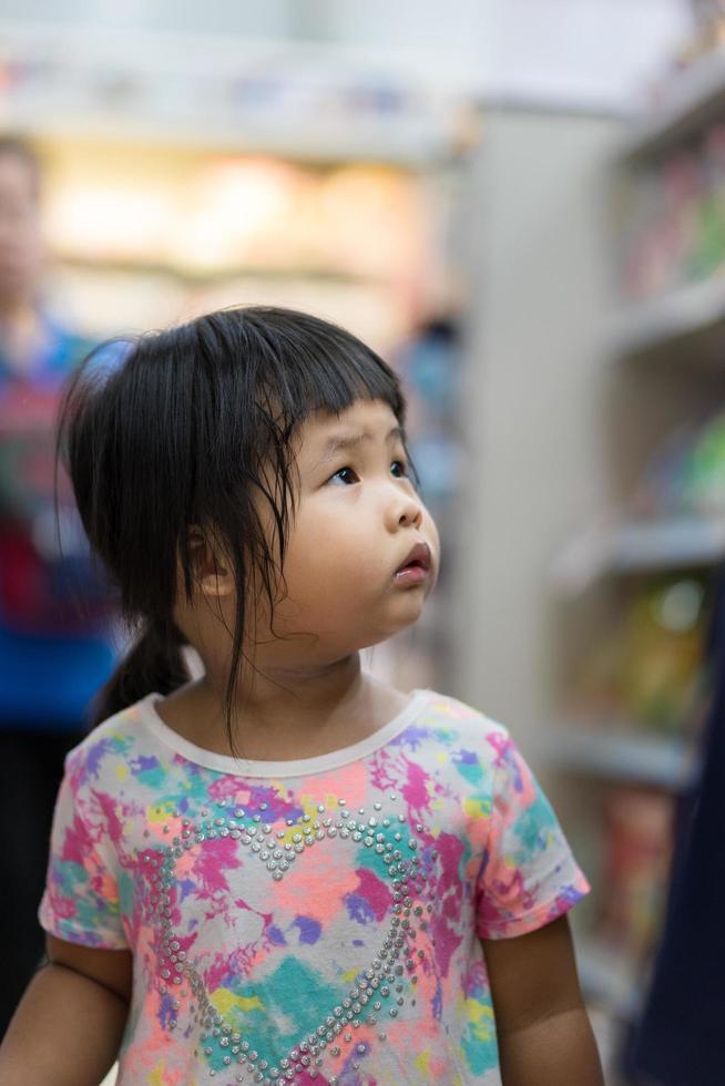 petite fille dans la boutique photo