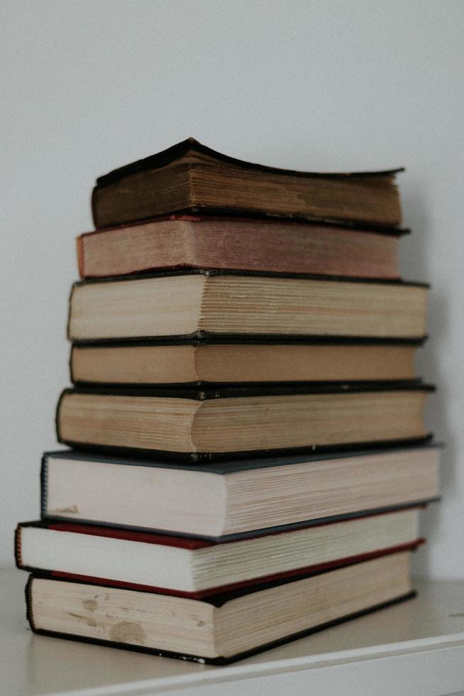 pile de livres sur tableau blanc photo